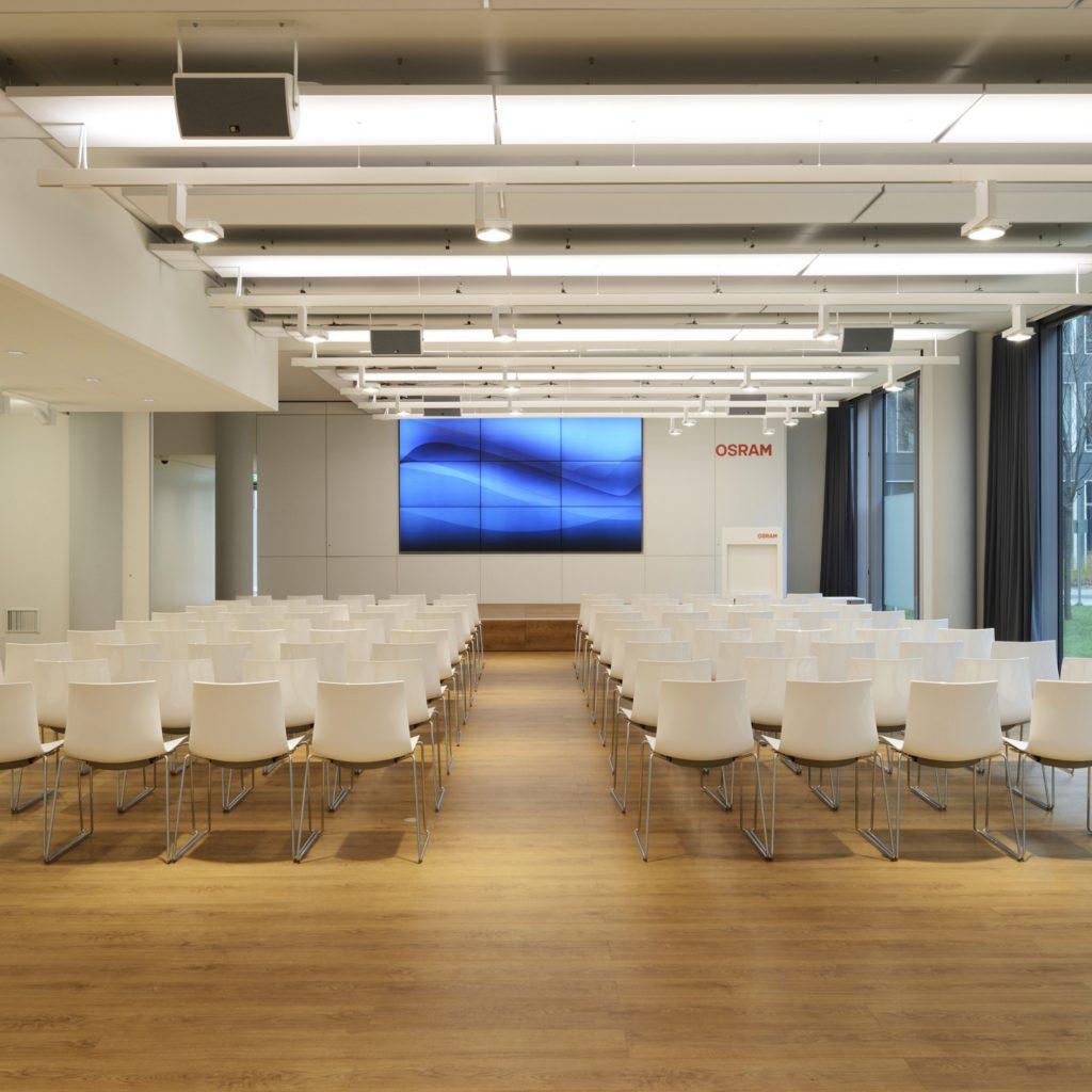 Die Lichtwirkung auf die Menschen, die später in den Gebäuden arbeiten spielt meist eine untergeordnete Rolle.
