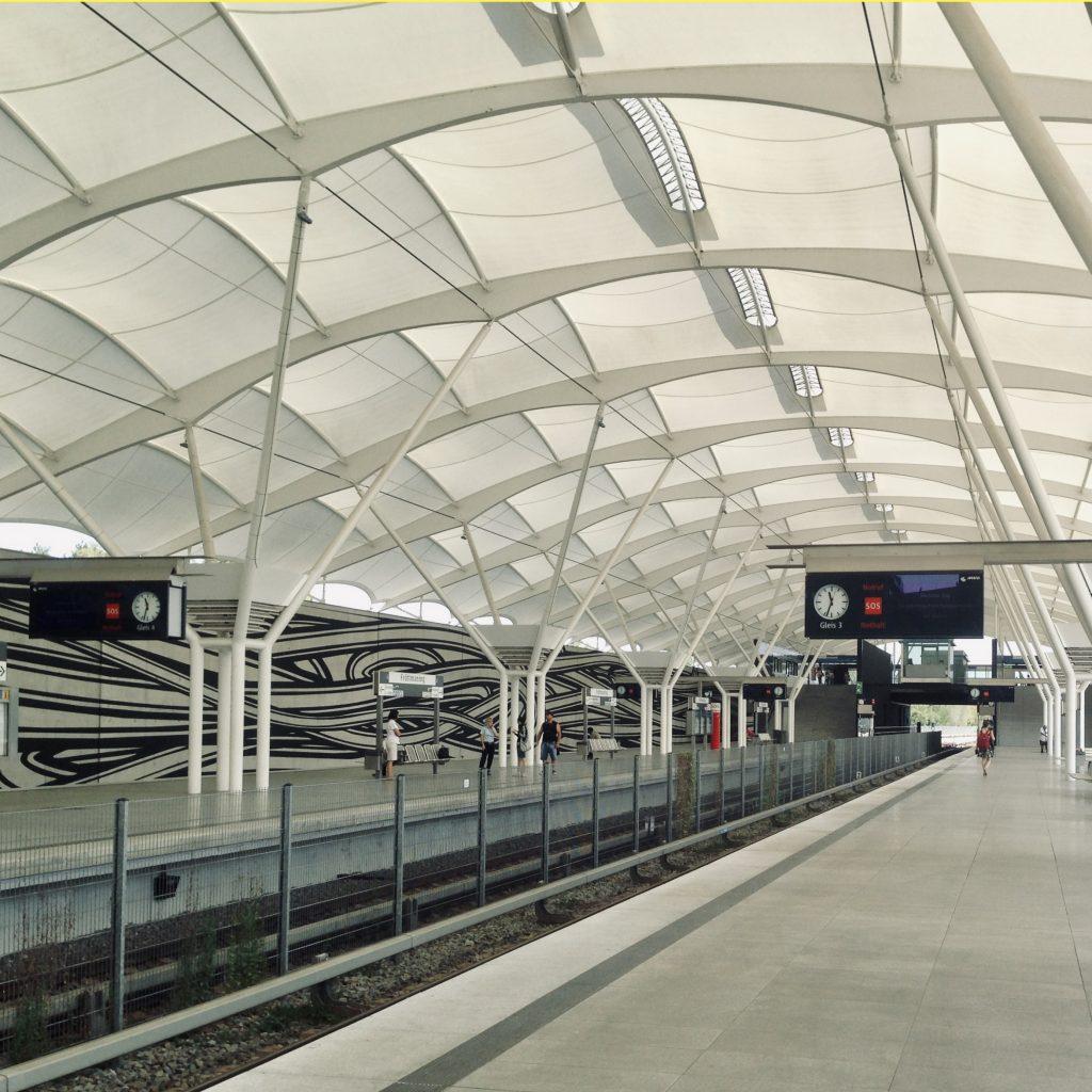 Mobilität und Licht gehören zweifelsfrei zusammen. Mobil zu sein bedeutet Wege zu erkennen. Lichtplanung U-Bahnhof Fröttmaning