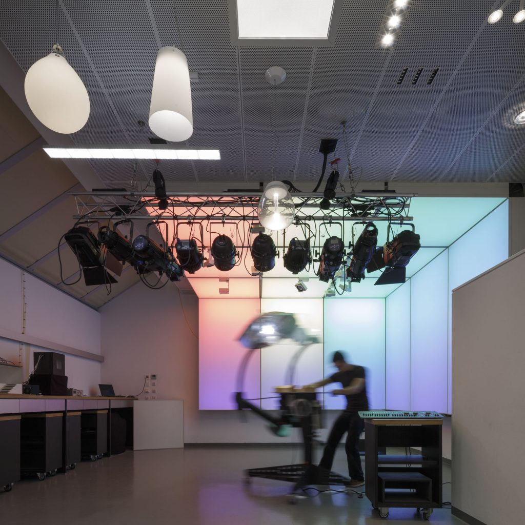 Lichtwissen ist die Grundlage auch in der Praxis. In der Lichtwerkstatt stehen eine Vielzahl von Möglichkeiten für experimentelles Arbeiten mit Licht zur Verfügung.